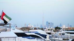 DUBAI, UNITED ARAB EMIRATES, UAE - 20 DE NOVIEMBRE DE 2017: el puerto deportivo cerca del árabe del al de Burj del hotel, allí es almacen de video
