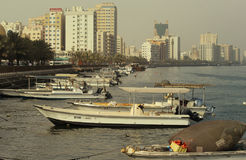 DUBAI-UNITED ARABISCHE EMIRATE AM 21. JUNI 2017 Nobler Bildschuß vieler Boote der kommerziellen Fischerei werden, im Meer gebunde Stockfotografie