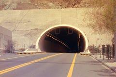DUBAI-UNITED ARABSCY emiraty NA 21 2017 CZERWU Halny tunel na Kalba, Sharjah autostradzie -, UAE głębokość pola płytki zdjęcia stock