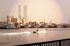 DUBAI-UNITED ARABSCY emiraty NA 21 2017 CZERWU Pojedyncza Poruszająca łódź rybacka i Wiele Handlowe łodzie rybackie wiążemy, w mo Obraz Stock