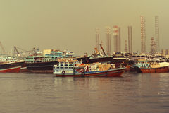 DUBAI-UNITED ARABSCY emiraty NA 21 2017 CZERWU Wiele Handlowe łodzie rybackie w morzu Fotografia Stock