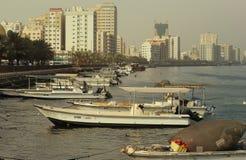 DUBAI-UNITED ARABSCY emiraty NA 21 2017 CZERWU Z klasą obrazek strzelający Wiele Handlowe łodzie rybackie wiąże, w morzu Fotografia Stock