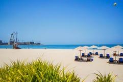 dubai verão 2016 A construção de objetos novos ao lado da praia o hotel de Ritz Carlton Dubai Fotografia de Stock