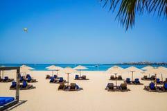dubai verão 2016 A construção de objetos novos ao lado da praia o hotel de Ritz Carlton Dubai Imagem de Stock