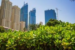 dubai verão 2016 A construção de objetos novos ao lado da praia o hotel de Ritz Carlton Dubai Foto de Stock