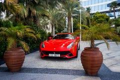 dubai verão 2016 dubai verão 2016 Carro vermelho luxuoso na frente do Mina de Madinat Jumeirah do hotel um Salam Fotografia de Stock Royalty Free