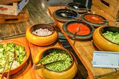 dubai Verano 2016 Desayuno en el hotel Comida fría del desayuno Arreglo de la comida del abastecimiento de la comida fría en la t Fotos de archivo libres de regalías