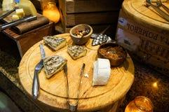 dubai Verano 2016 Desayuno en el hotel Comida fría del desayuno Arreglo de la comida del abastecimiento de la comida fría en la t Fotografía de archivo