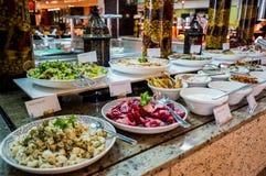 dubai Verano 2016 Desayuno en el hotel Comida fría del desayuno Arreglo de la comida del abastecimiento de la comida fría en la t Foto de archivo