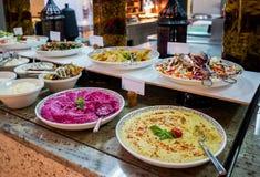 dubai Verano 2016 Desayuno en el hotel Comida fría del desayuno Arreglo de la comida del abastecimiento de la comida fría en la t Imágenes de archivo libres de regalías