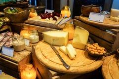 dubai Verano 2016 Desayuno en el hotel Comida fría del desayuno Arreglo de la comida del abastecimiento de la comida fría en la t Fotografía de archivo libre de regalías