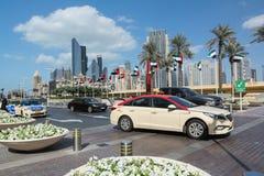 DUBAI, VEREINIGTE ARABISCHE EMIRATE - 10. DEZEMBER 2016: Dubai-Straße mit Palmen und modernen hohen Gebäuden Lizenzfreies Stockfoto