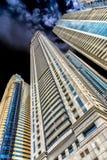 Dubai Vereinigte Arabische Emirate, extrem hohe Wohntürme in der Mitte der Stadt, fotografiert von einem niedrigen Gesichtspunkt, stockfotos