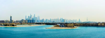 Dubai, Vereinigte Arabische Emirate - 24. Februar 2018: Panorama von Dubai-Jachthafen von der Palme Jumeirah-Insel stockfoto