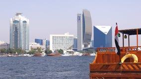 DUBAI, VEREINIGTE ARABISCHE EMIRATE - 30. März 2014: altes Fährenkreuzfahrtbootsgeschäft auf der Bucht von Dubai Creek stockfoto