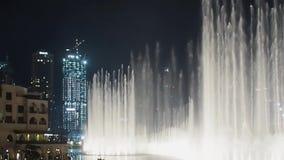 DUBAI, VEREINIGTE ARABISCHE EMIRATE, AM 1. MAI 2018: Brunnenzeigung im Rückhaltebecken nahe Dubai-Mall und Burj Khalifa stock video footage