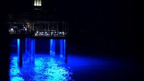 DUBAI, VEREINIGTE ARABISCHE EMIRATE, UAE - 20. NOVEMBER 2017: Hotel Jumeirah Al Qasr, Nacht, über dem Wasser ist ein Restaurant e stock video