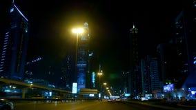 Dubai, Vereinigte Arabische Emirate, Uae - 20. November 2017: Nachtstadt von Dubai, Straßen werden durch Taschenlampen, viele Aut stock footage