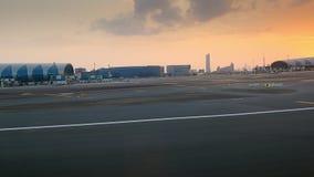 DUBAI, VEREINIGTE ARABISCHE EMIRATE, UAE - 20. NOVEMBER 2017: Sonnenuntergang, die Fläche kommt für die Landung, eine Ansicht vom stock video footage