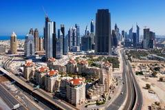 Dubai wird mit aufregender Architektur ziert Stockbild