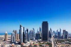 Dubai wird mit aufregender Architektur ziert Stockbilder