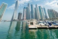 Dubaien - august 9, 2014: dubai marinaområde Arkivbilder