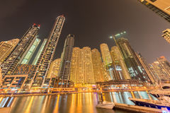 Dubaien - august 9, 2014: dubai marinaområde Arkivbild