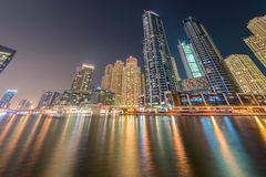 Dubaien - august 9, 2014: dubai marinaområde Royaltyfria Bilder