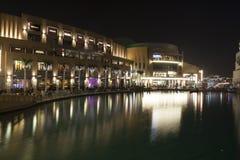 Dubaj centrum handlowe przy nocą Fotografia Royalty Free