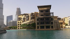 Dubaj centrum handlowego zmierzchu światła hotelowa fontanna 4k uae zdjęcie wideo