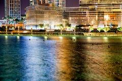 Dubaj fontanna no wykonuje przy nocą Zdjęcia Stock