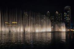 Dubaj fontanny Dancingowy przedstawienie zdjęcie royalty free