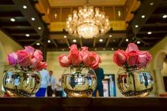 Dubaj Lato 2016 Jaskrawy i nowożytny wnętrze Ritz Carlton Dubaj hotel fotografia stock