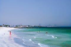 Dubaj Lato 2016 Perska zatoka z linią plaża od Ajman Kobieta w czerwonych sztukach na plaży Fotografia Stock