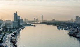 Dubaj linia horyzontu przy świtem Widok Dubaj zatoczka w zmierzchu w Starym Dubaj w Al Seef terenie fotografia stock