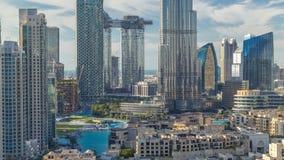 Dubaj linia horyzontu W centrum timelapse z Burj Khalifa i inny góruje paniramic widok od wierzchołka w Dubaj zbiory
