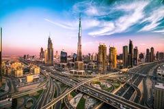 Dubaj linia horyzontu z pięknym miastem blisko do it& x27; s ruchliwie autostrada na ruchu drogowym Obrazy Stock