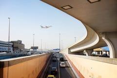 Dubaj lotnisko Emiratu samolot wznosi się nad jestokadoj DUBAJ 22 2018 STYCZEŃ Zdjęcie Royalty Free