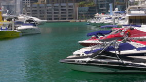 Dubaj marina dnia światła zatoka łódkowaty parkuje 4k uae zdjęcie wideo