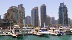 Dubaj marina dnia czasu łodzie stacjonują zatoki panoramę 4k uae zbiory wideo
