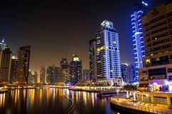 Dubaj Marina drogi wodne przy nocą obrazy stock