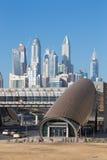 Dubaj - Marina góruje i poręcze metro fotografia stock