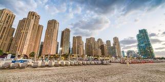 Dubaj Marina linia horyzontu od plaży przy zmierzchem Obraz Royalty Free
