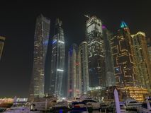 Dubaj Marina nocą i odbiciem fotografia stock