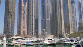 Dubaj marina słonecznego dnia jachtu doku budynków panorama 4k uae zbiory wideo