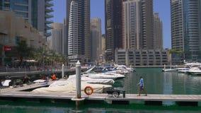Dubaj marina słonecznego dnia jachtu doku molo 4k uae zbiory wideo