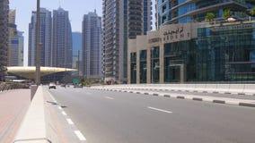 Dubaj marina słonecznego dnia ruchu drogowego ulica 4k uae zbiory