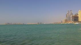Dubaj marina słonecznego dnia wody przodu palmowy widok 4k uae zbiory