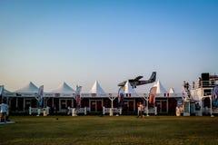 Dubaj Marina SkyDive samolotu lądowanie po opuszczać parachuters obraz stock