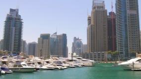 Dubaj marina zatoki dnia lekkiej łodzi portu panoramiczny widok 4k uae zbiory wideo